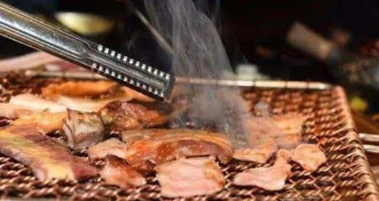 吃烤肉时,服务员问要不要纸,是一种暗语,不懂就囧了
