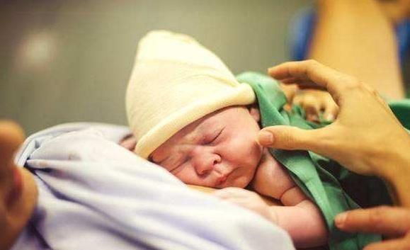 为什么以前的新生儿早产抱回家照样长大,现在早产就要进保温箱?