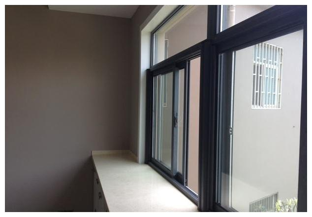 纱窗用久了,会有一层厚厚的污垢,几个小窍门,轻松除尘免拆洗
