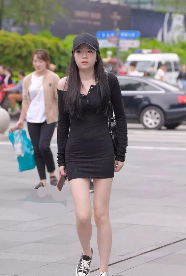 路人街拍:这位时尚辣妈,黑色包裙搭配学生鞋,减龄又有气质!