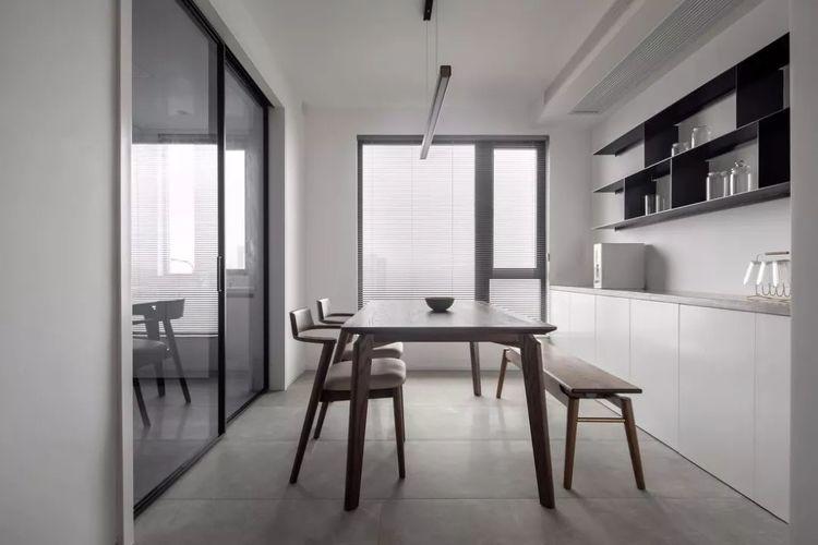餐桌椅配一张长板凳,用餐氛围温馨情趣再多人来了都能坐下!