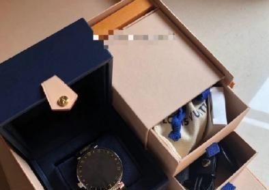 郑爽888元出售二手奢侈品,却被买家嘲讽冤大头,粉丝忍无可忍