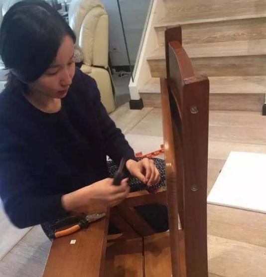 娄艺潇晒出自己住的豪宅,性格也像个女汉子,在家还会自己修桌椅