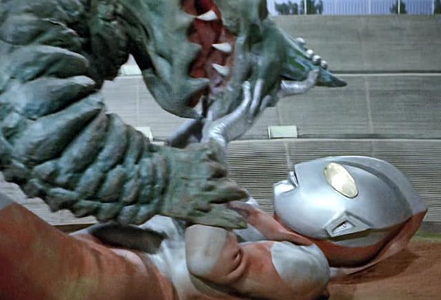 奥特曼惨遭怪兽按在地板上摩擦,圆谷只能通过挖坑让他取胜!