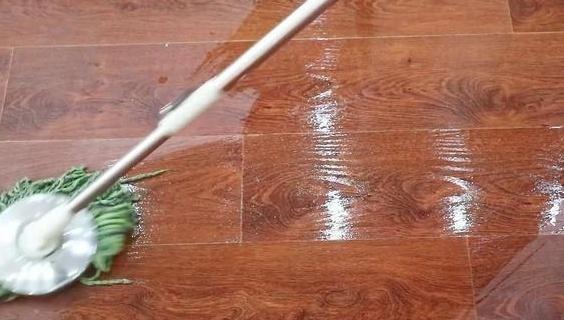 地板天天拖还显脏?老家政:把它加水里,冬天一周拖一次就足够!