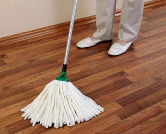 家里地板天天拖还是脏?回家学保洁阿姨这样做,干净又不伤地板