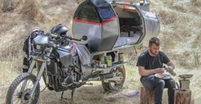 大学生喜欢独自旅行,房车太奢侈,就将摩托车改造成一人房!