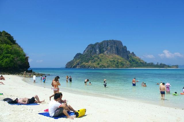 """男游客去泰国旅游时,碰到泰国美女""""递毛巾"""",到底要不要接"""