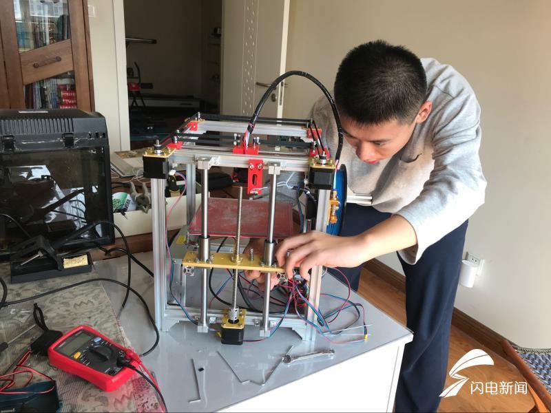 """56秒丨济南一高三学生""""自制""""3D打印机 艾菲尔铁塔模型轻松搞定"""