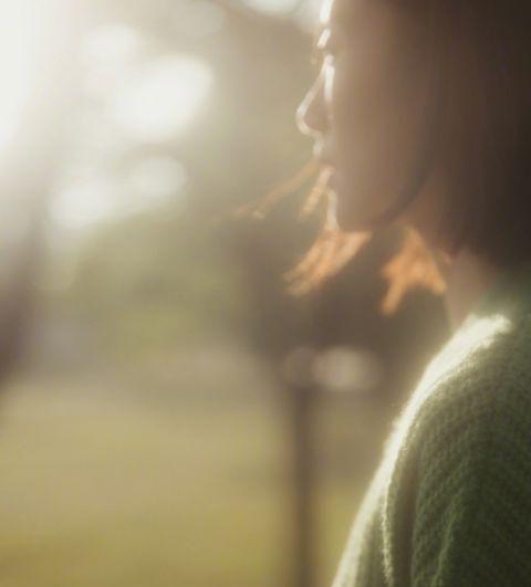 刘雯着绿色羊绒开衫清新知性 露明媚温暖笑容融化秋冬