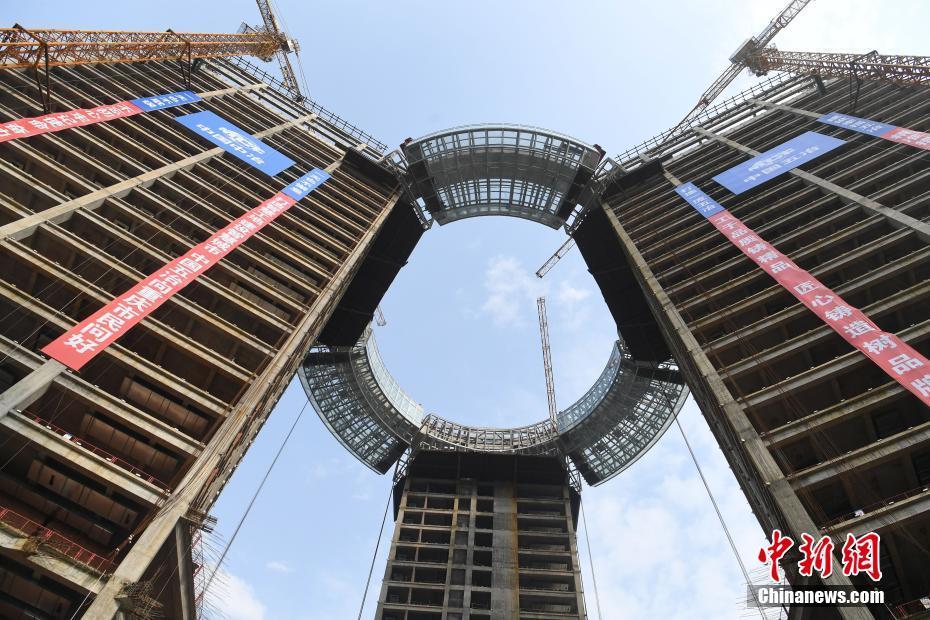 中国首例全通透钢结构高空环廊正式合拢中国首例全通透钢结构高空环廊正式合拢