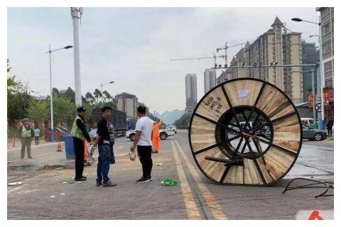 柳州一吊车侧翻 两吨重线缆砸下液压油撒一地