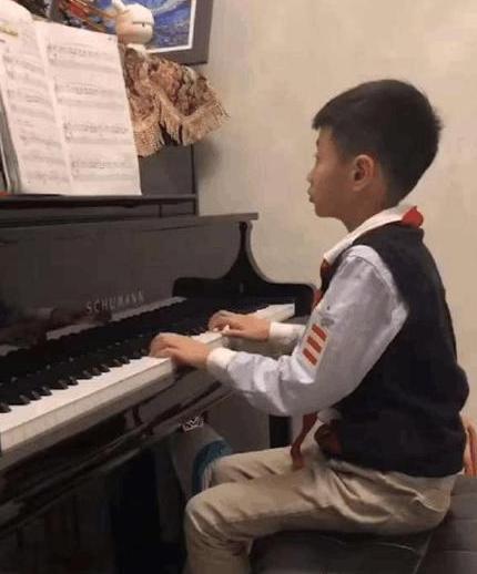 杨威结婚10周年全家福,俩女儿灵巧,9岁杨阳洋弹钢琴像小绅士