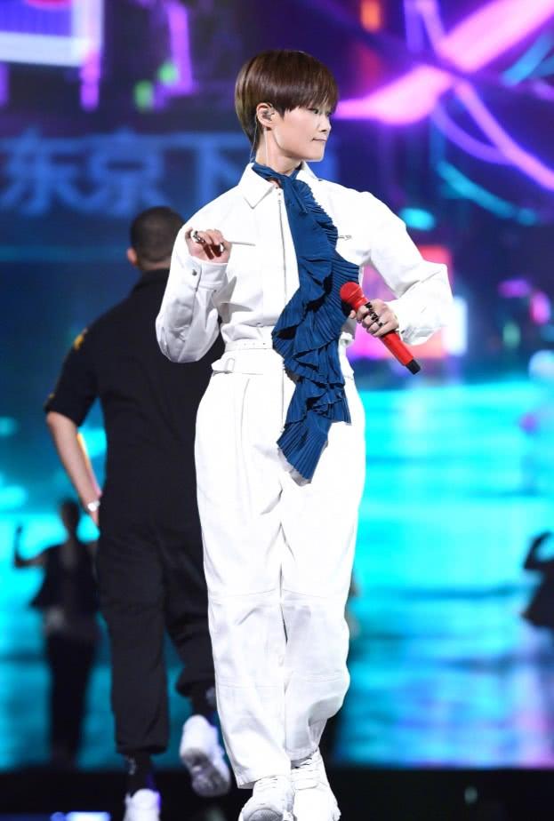 """本以为李宇春穿""""蛇皮袜""""很潮,但凉鞋配袜子却成了造型败点!"""