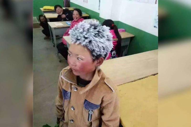 冰花男孩的一年:走好路上好学 教室装了供暖设备