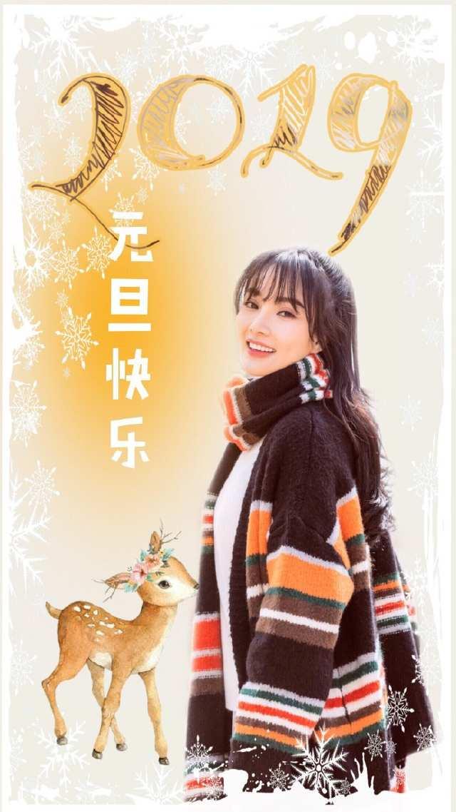 李小璐送粉丝新年写真:戴眼镜双眼微闭嘴角上扬,清纯好似大学生