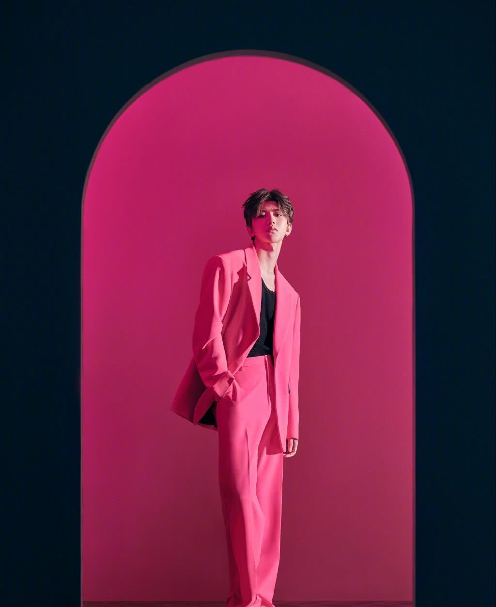 蔡徐坤最新写真曝光,金丝边眼镜,玫红色西装上身儒雅又有痞气