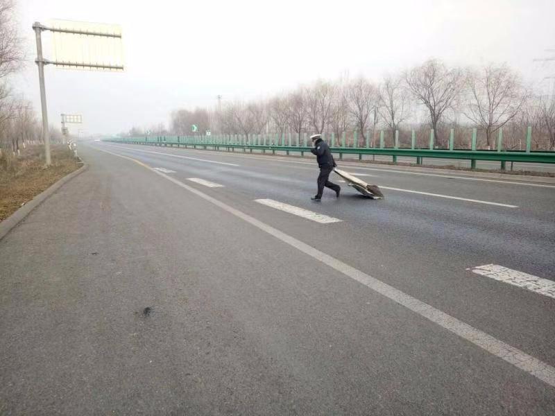 彩钢铁皮遗弃路面 咸阳高交民警发现及时清除