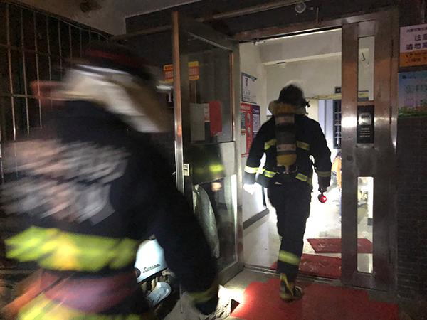 高楼凌晨电缆井起火 消防员安全营救70余被困居民