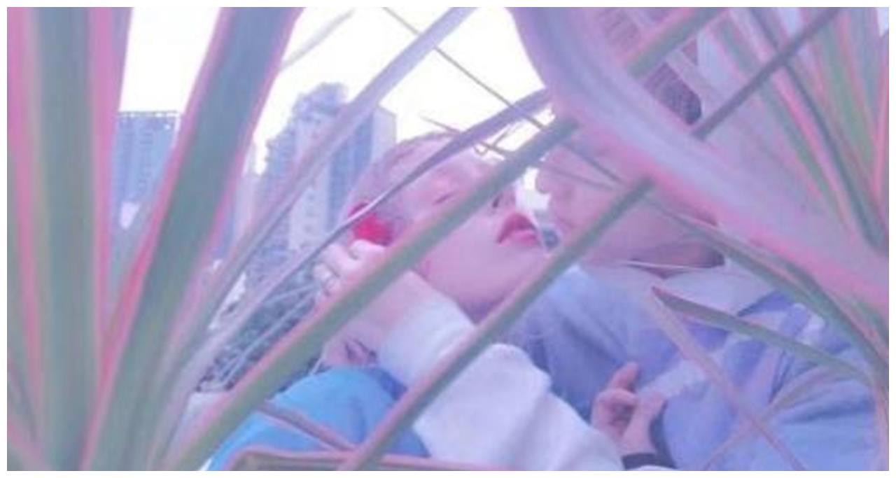 吴卓林晒照片,瘦到面部骨头明显,耳朵上带螺丝钉,手头又紧了?
