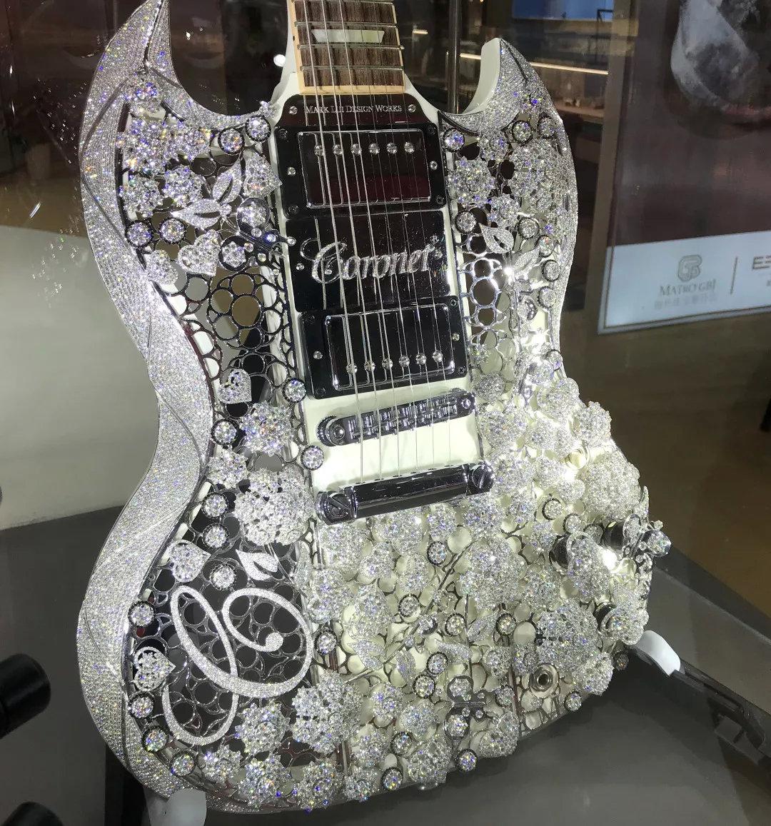 进博会开眼界丨你见过黄金马桶、钻石吉他、带屏幕的LV箱包吗...