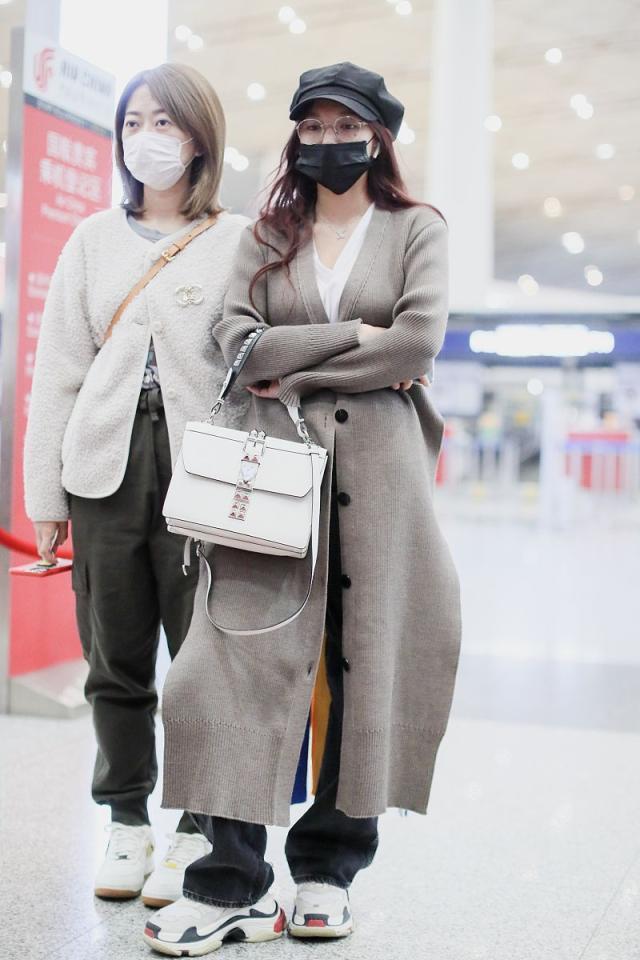 程潇街拍:Akira Naka奶茶色针织开衫手机万博版登录 老爹鞋文艺时髦