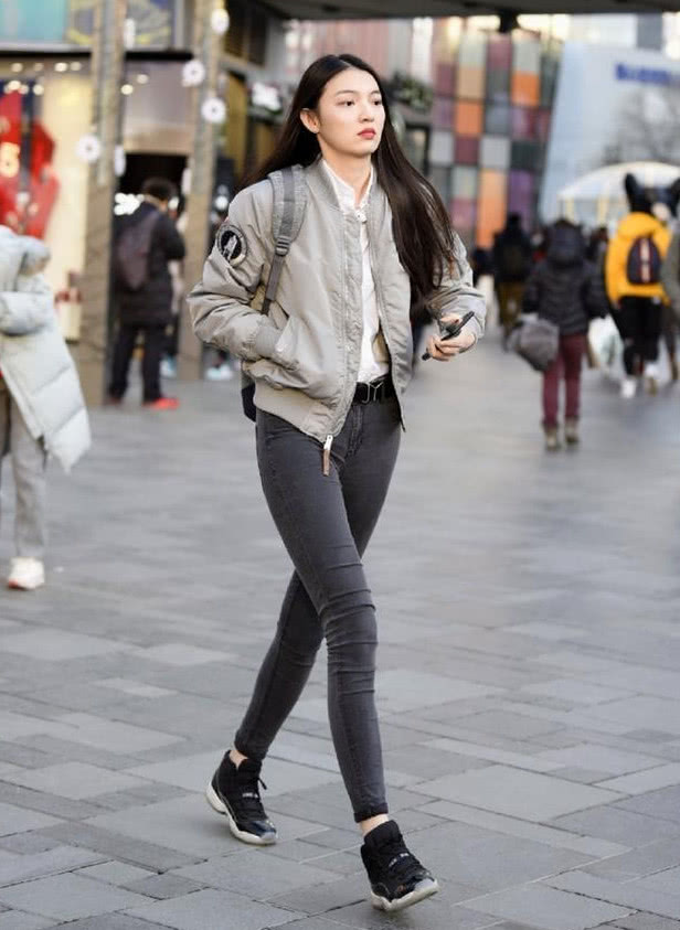 北京街拍:冬天穿瘦腿牛仔裤的小姐姐,瞬间变成大长腿,好羡慕啊