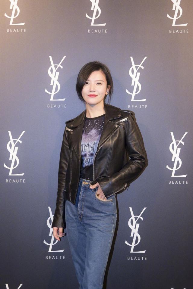 杨子姗黑色短皮衣加高腰牛仔裤,轻松打造出腿长两米的既视感