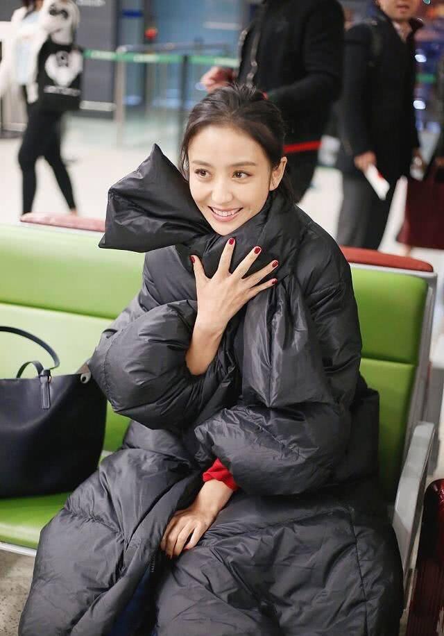 佟丽娅放飞自我,用黑色塑料袋在脖子上扎个蝴蝶结,搞怪又俏皮
