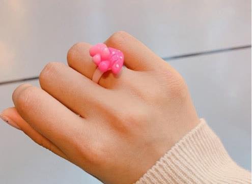 """8岁杨超越""""上线"""",戴男粉丝送的戒指,可满屏的塑料感略显调皮"""