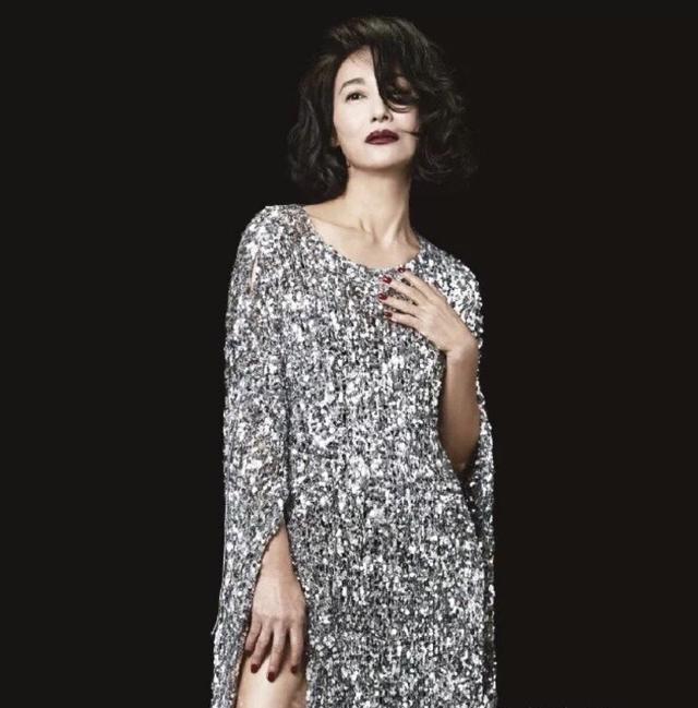 58岁惠英红太会搭,连衣裙西装外加上一根塑料腰带,优雅大气