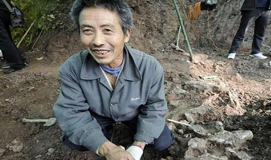 河南老人捡到金属片,有人出10万他不卖,捐给国家得1500元!