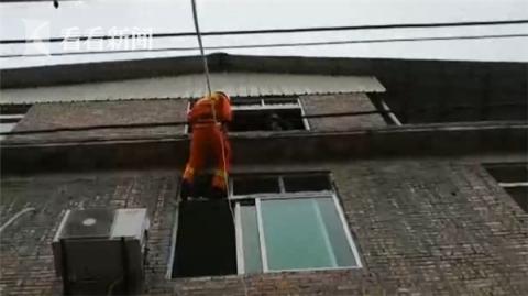 """2岁女童反锁家门被困三楼 消防员""""空降""""救援"""