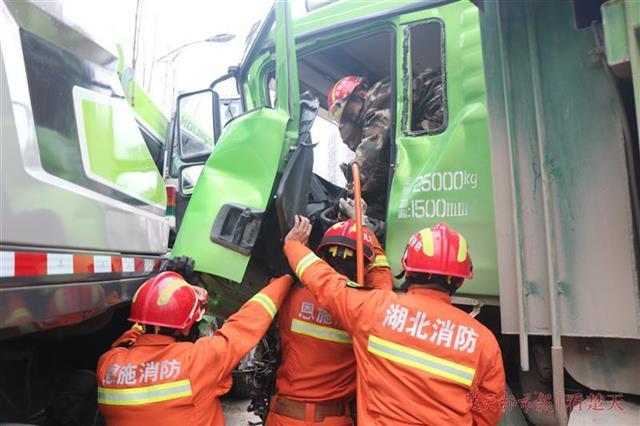 两辆巨无霸相撞,渣土车面目全非消防破拆救援被困司机