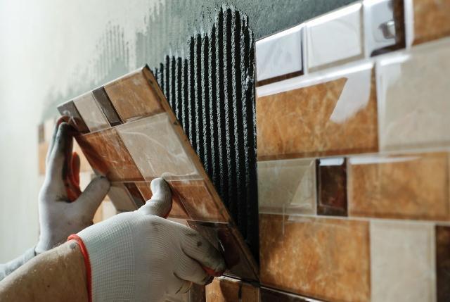 瓷砖刚铺完就立刻美缝,工人耍小聪明,业主却被坑惨,太气人了!