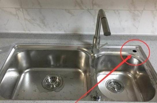 """厨房水槽上的""""小孔""""有啥用?厨具老板:大多数人都把它用错了!"""