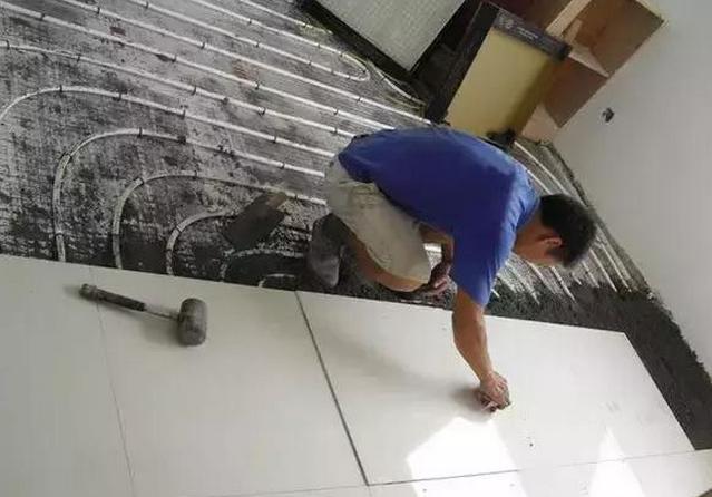"""""""地暖""""上铺瓷砖还是木地板好?多亏装修小哥提醒,差点吃哑巴亏"""