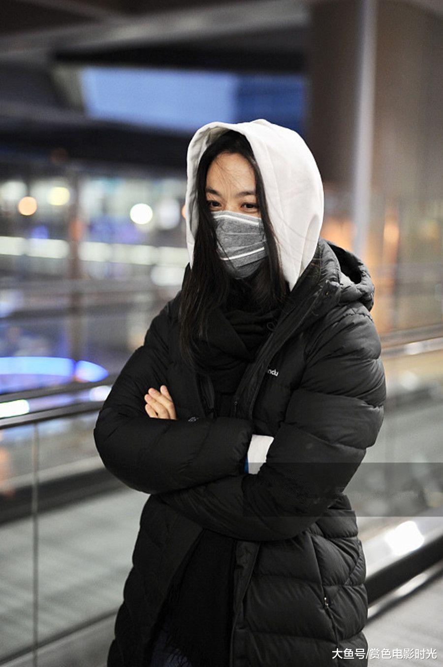 汤唯穿黑色长款羽绒服配白色卫衣现身 长发凌乱行走间文艺范十足