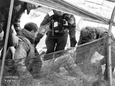 """85岁老人被困农田 警民""""地毯式""""找人"""