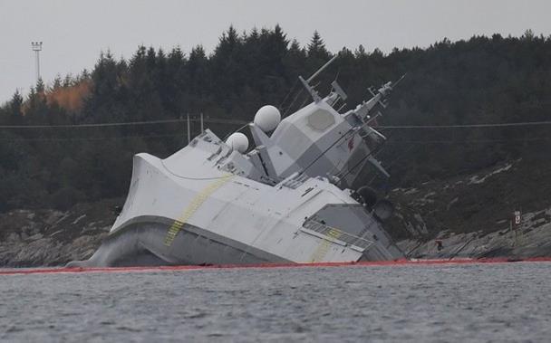 北约军演再闹乌龙,海军护卫舰撞上油轮,严重入水搁浅岸边