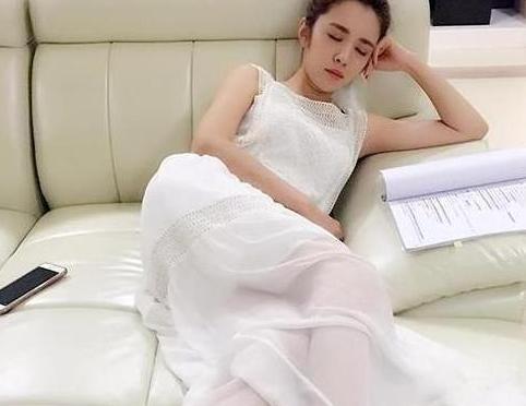 带你看看王晓晨的豪宅;沙发大得可以当床睡,装修时尚又豪华