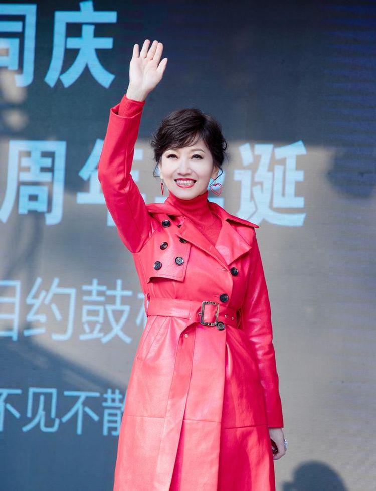 杨紫的红棉衣,戚薇的红皮草,女明星们的新年穿搭愈发喜庆