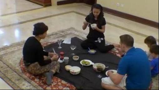 马雅舒现实中的房子,房子的全部设计都是为了孩子,在地板上吃饭