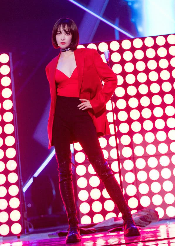 宋茜绝了,把红色西装穿出了内衣外穿的效果,一般人难以驾驭!