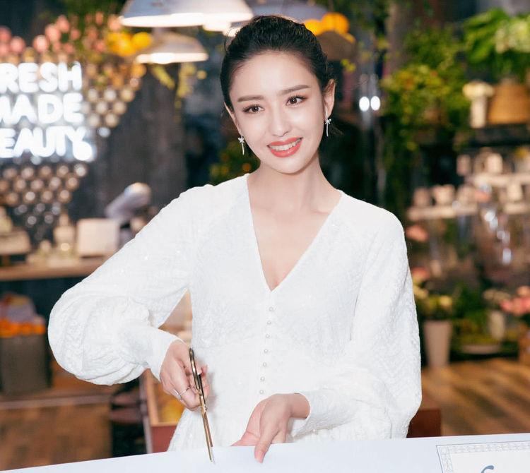 """佟丽娅穿上白色""""纸筒袖""""长裙气质如玉,灯光打在脸上,太惊艳了"""