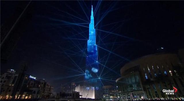 迪拜哈利法塔跨年灯光秀创纪录!