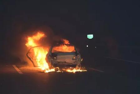 保定:高速行驶中突现大车轮胎,4车相撞导致中间车辆起火