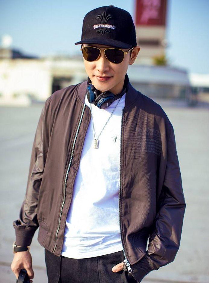 罗晋这是怎么了?西装配高领和衬衫靠颜值硬撑,感觉显老了很多岁