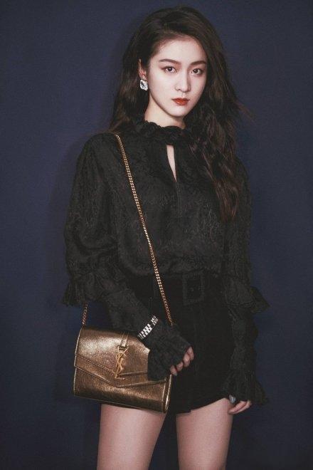 张雪迎也太美了,黑色衬衫+黑色小短裤,少女感爆棚,看着真养眼
