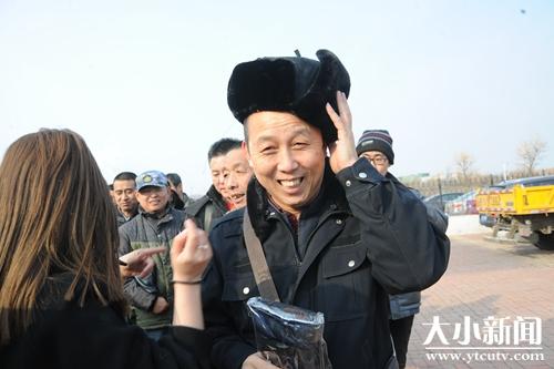 暖心!?烟台日樱花园房地产公司将防寒手套和帽子送给城市美容师